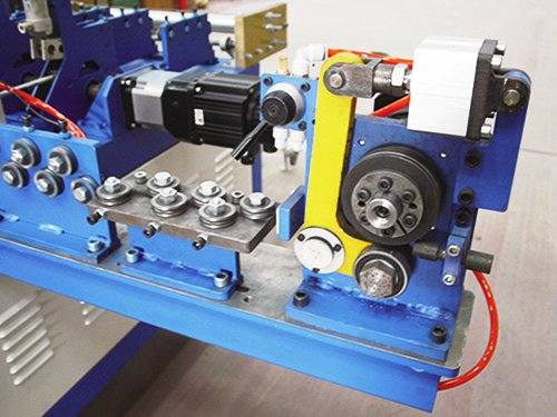2 Cross Wire Straightening And Feeding Device